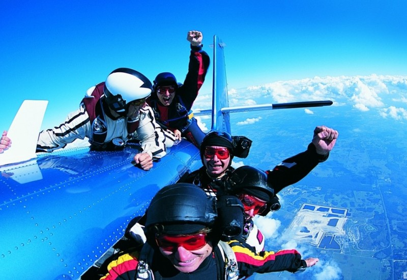 sky-diving-men-extreme-airplane